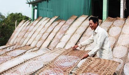 Chú Trần Văn Dầm ở ấp Hậu Thuận, xã Hậu Thành gắn bó với nghề làm bánh tráng hơn 40 năm.