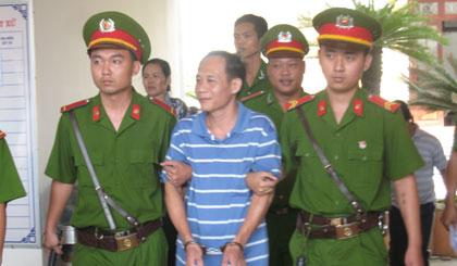 Huỳnh Văn Tấn được áp tải về trại giam.