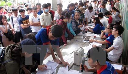 Thí sinh đến rút, nộp hồ sơ xét tuyển nguyện vọng 1 ở Trường Đại học Công Nghiệp Thành phố Hồ Chí Minh sáng 20-8. Ảnh: Phương Vy/TTXVN