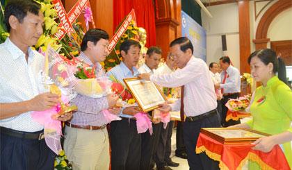 Ông Nguyễn Văn Khang, Chủ tịch UBND tỉnh trao Giấy chứng nhận Doanh nhân Tiền Giang tiêu biểu năm 2015.