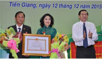 Ông Lê Văn Hưởng, Chủ tịch UBND tỉnh trao Huân chương Lao động hạng Nhất cho Công ty TNHH xăng dầu Hồng Đức. Ảnh: Nguyễn Hoàng