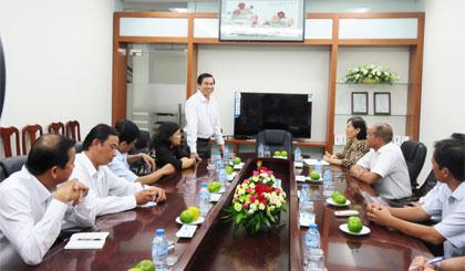Ông Lê Văn Hưởng phát biểu tại buổi làm việc với Công ty CP may Tiền Tiến.