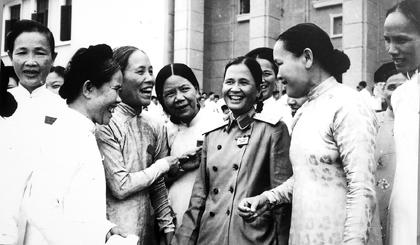 Bà Nguyễn Thị Thập trò chuyện cùng các đại biểu nữ tại Đại hội Đảng toàn quốc lần thứ III (tháng 9-1960).