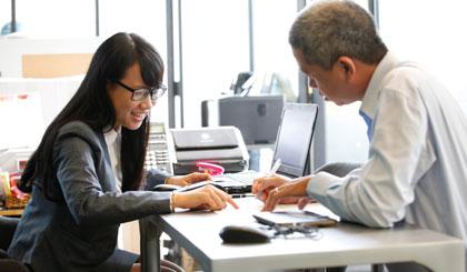 Khách hàng tìm hiểu thông tin để chọn lựa sản phẩm BHNT phù hợp.