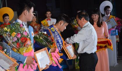 Phạm Anh Tuấn, Phó Chủ tịch UBND tỉnh trao giải cho các thí sinh đạt giải cao.