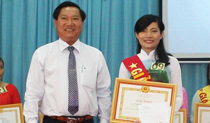 Ông Đặng Thanh Liêm, Bí thư Thành ủy trao giải Nhất cho thí sinh Nguyễn Thị Thùy Linh.
