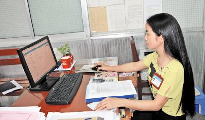 Chị Võ Thị Thanh Lan, cán bộ tiếp nhận và hoàn trả kết quả tại Bộ phận tiếp nhận và trả kết quả giải quyết thủ tục hành chính của Sở TN-MT, xử lý hồ sơ qua dịch vụ HCCTT.