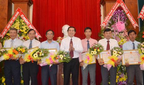 Chủ tịch UBND tỉnh Lê Văn Hưởng trao bằng khen cho các doanh nhân Nhân ngày Doanh nhân Việt Nam.