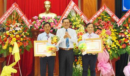 Ông Lê Văn Nghĩa, Phó Chủ tịch UBND tỉnh trao Bằng khen của Thủ tướng Chính phủ cho 2 DN đã có thành tích xuất sắc trong hoạt động sản xuất - kinh doanh.