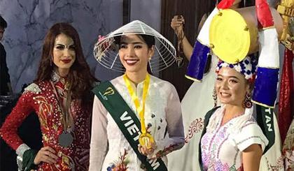 Nam Em trong khoảnh khắc nhận huy chương vàng bên Hoa hậu Myamar (phải) và Venezuela (trái).