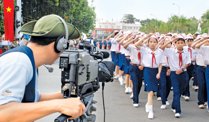 Phóng viên Đài PTTH Tiền Giang tác nghiệp. Ảnh: Đức Lập