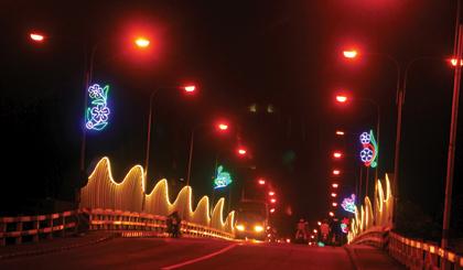 Đèn chiếu sáng nghệ thuật cầu Nguyễn Trãi được đưa vào sử dụng,  phục vụ Tết Dương lịch và Tết nguyên đán.