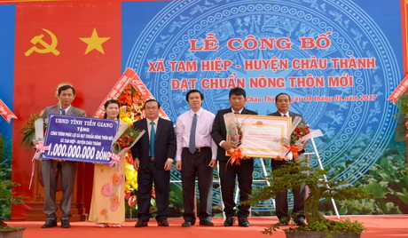 The ceremony proclaimed seven new rural communes of Tien Giang province