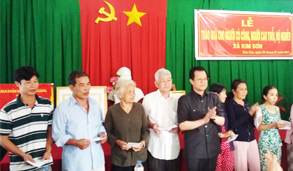 Provincial leaders presented Tet gifts to porverty households and policy families