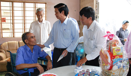 Secretary of the Provincial Party Committe Nguyen Van Danh presented Tet gifts