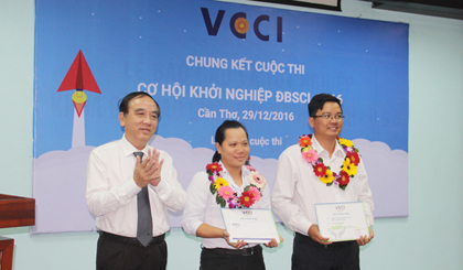 TS. Võ Hùng Dũng,- Giám đốc VCCI Cần Thơ trao thưởng cho 2 đề án đoạt giải Ba Cuộc thi cơ hội khởi nghiệp ĐBSCL (Mekong Startup) năm 2016.