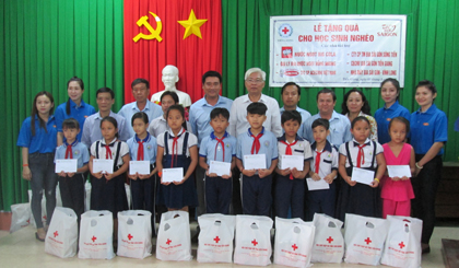 200 studious poor students in My Tho city and Cho Gao district granted gifts