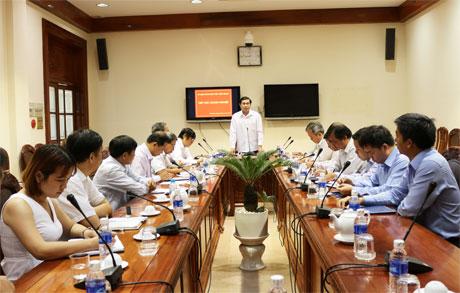 Ông Lê Văn Hưởng, Chủ tịch UBND tỉnh tiếp xúc với các DN vào sáng 4-3.