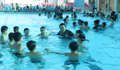 Phổ cập bơi cho HS tại Trung tâm TDTT TP. Mỹ Tho.