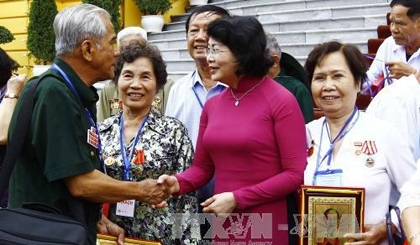 VP meets revolutionary contributors from Tien Giang