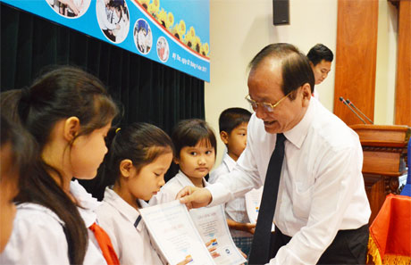 Ông Trần Thanh Đức, Phó Chủ tịch UBND tỉnh trao học bổng cho các hoàn cảnh khó khăn.