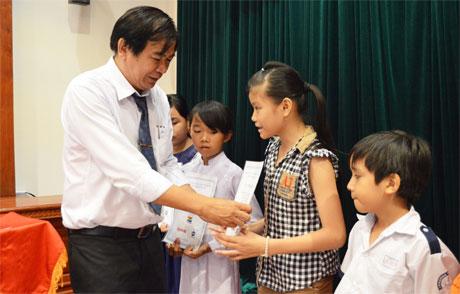 Ông Nguyễn Minh Tân, Tổng Biên tập Báo Ấp Bắc trao học bổng cho