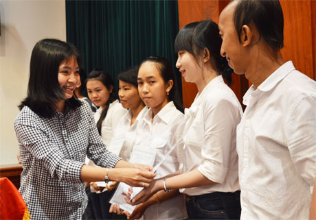 Bà Lê Thị Kim Phụng, Phó Tổng Giám đốc công ty cổ phần Hùng Vương trao học bổn cho học sinh.
