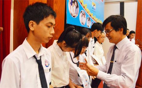 Tiến sĩ Võ Ngọc Hà, Hiệu trưởng trường Đại học Tiền Giang trao học bổng cho các em có hoàn cảnh khó khăn.