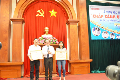 Ông Trần Thanh Đức, Phó Chủ tịch UBND tỉnh trao Bằng khen cho