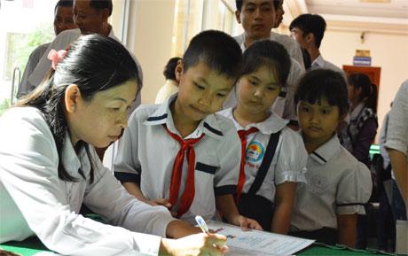Các học sinh nhận học bổng từ Ban Tổ chức.