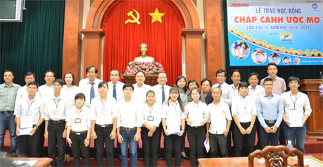 Ban Tổ chức cùng nhà tài trợ chụp ảnh lưu niệm tại lễ trao học bổng.