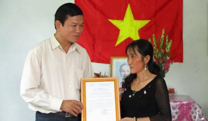 Ông Bùi Thái Sơn, Phó Bí thư Huyện ủy Cai Lậy trao nhà tình nghĩa cho bà Nguyễn Thị Kiều Diễm, ấp 1, xã Cẩm Sơn.