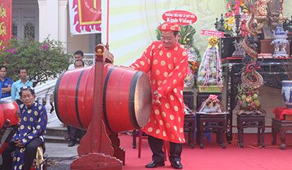 Ông Trần Thanh Đức, Phó Chủ tịch UBND tỉnh, đánh trống khai mạc Lễ Giỗ Quôc tổ Hùng Vương.