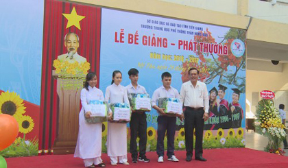 Deputy PPC Le Van Nghia attends the summarized ceremony at Tran Hung Dao high school
