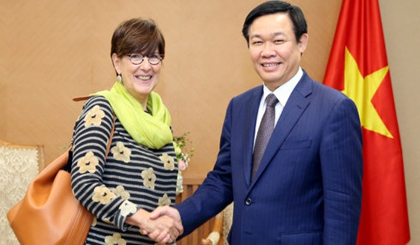 Deputy PM Vuong Dinh Hue (right) and Belgian Ambassador to Vietnam Jehanne Roccas.