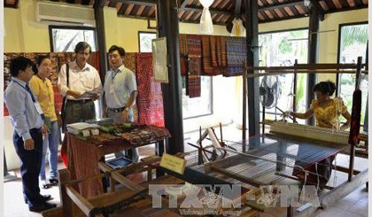 Festival honours traditional trades of silk and brocade