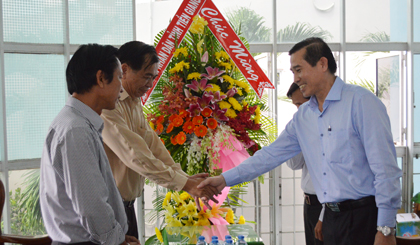 Chairman of the PPC Le Van Huong congratulated ApBac newspaper