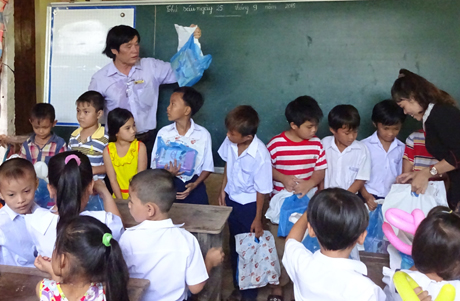 Ông Trần Đỗ Liêm, trong một lần đi phát quà cho trẻ em nghèo.