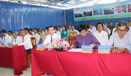 Ông Lê Văn Hưởng, Phó Bí thư Tỉnh ủy, Chủ tịch UBND tỉnh (người ngồi thứ ba từ phải qua) tham dự Hội nghị thành lập Chi hội DN huyện Gò Công Đông