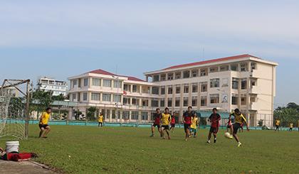 Đoàn viên các cụm đoàn trực thuộc tham gia giao lưu bóng đá.