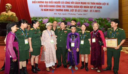 Outstanding revolutionary contributors in military sector honoured