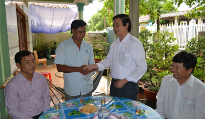 Tien Giang province leaders present gifts to benificial families