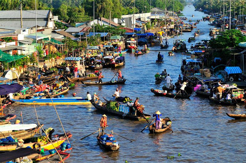 thuyền trên sông, người bán hàng, chợ nổi, nhà bên bờ