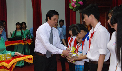 Giving 400 scholarships to students overcoming difficuies