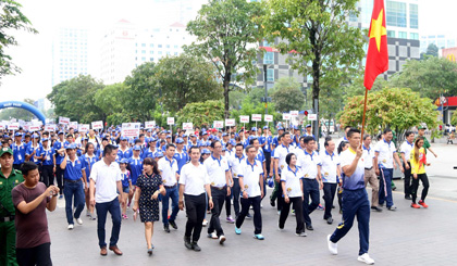 5,000 people walk to support Vietnamese sporting delegation to attend 29th SEA Games