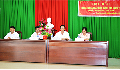 Secretary of Provincial Party Committee Nguyen Van Danh presents gifts and scholarships for students overcome difficulties