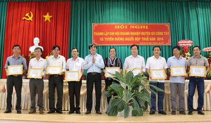 Các hội viên của Chi hội DN huyện Gò Công Tây ra mắt tại hội nghị