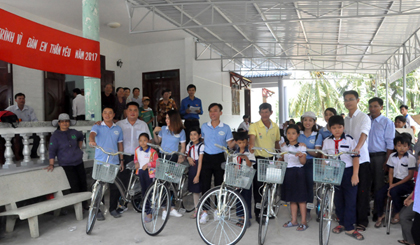 100 poor studious students in Cho Gao district presented bicycles