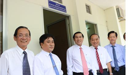 Ông Lê Văn Hưởng, Chủ tịch UBND tỉnh chụp ảnh