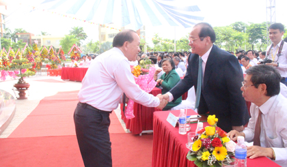 Ông Hà Hữu Phúc  bắt tay thăm hỏi ông Trần Thanh Đức tại lễ khai giảng